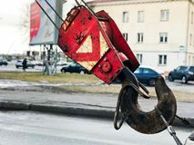 Grand crochet noir et rouge de fer en métal pour la grue de construction photographie stock