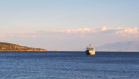 Grand croiseur de moteur amarré dans la baie Image libre de droits