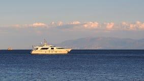 Grand croiseur de moteur amarré dans la baie Images stock