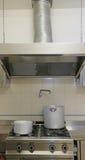 Grand cuiseur industriel de cuisine avec les pots en aluminium Photos stock