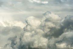 Grand cumulus avant la pluie le soir au coucher du soleil Le nuage est illuminé par la lumière du soleil de soirée photo libre de droits