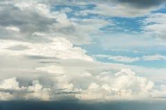 Grand cumulus avant la pluie le soir au coucher du soleil Le nuage est illuminé par la lumière du soleil de soirée images stock