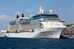 Grand détroit blanc de Bosphorus de bateau de croisière et d'eau à Istanbul, Turquie Photos libres de droits