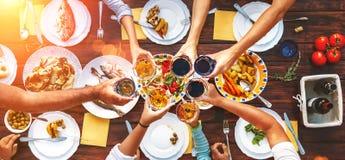 Grand dîner de famille Vue supérieure verticale sur la table et les mains servies W image stock
