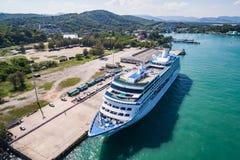 Grand ` d'insignes de ` de bateau de croisière se tenant au port Photo libre de droits