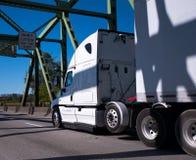 Grand d'installation camion blanc semi avec semi la remorque conduisant sur le brid de fermes photographie stock libre de droits