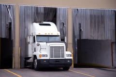 Grand d'installation camion blanc semi dans le dock d'entrepôt Photos stock