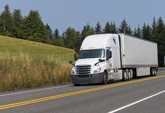 Grand d'installation camion blanc semi transportant la remorque sèche de fourgon semi sur le Th photographie stock