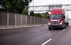 Grand d'installation camion moderne rouge semi avec la remorque fonctionnant sur le highw large Photos libres de droits