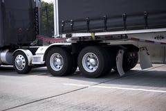 Grand d'installation camion noir semi avec des roues de chrome et des amortisseurs et blac Photo libre de droits