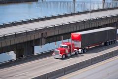 Grand d'installation camion rouge classique semi avec de noir la remorque semi courant o photo stock