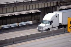Grand d'installation camion semi avec semi la remorque conduisant sur fini à multiniveaux photos libres de droits