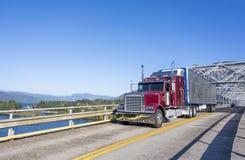 Grand d'installation de Bourgogne de classique camion semi avec brillant réfrigéré semi photographie stock libre de droits