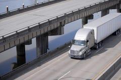 Grand d'installation tracteur de camion semi transportant la cargaison dans semi la remorque RU photo libre de droits