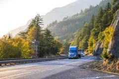 Grand d'installations convoi de camions semi tournant sur la route ensoleillée d'automne dedans images stock