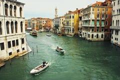 Grand de canal vu de la passerelle de Rialto Photographie stock libre de droits