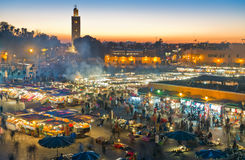 Grand dos d'EL-Fna de Djemaa la nuit photographie stock libre de droits