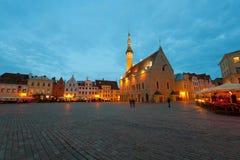 Grand dos d'hôtel de ville de Tallinn de nuit image stock