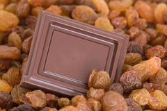 Grand dos de chocolat avec des raisins secs photo stock