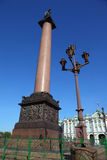 Grand dos de palais, poteau Alexandrian. St Petersburg Photographie stock libre de droits