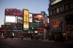 Grand dos de Yonge-Dundas à Toronto au crépuscule Photo libre de droits
