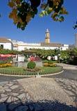 Grand dos orange à Estepona Espagne avec de jolis jardins et fleurs Image stock