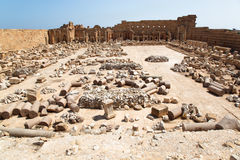 Grand dos principal dans la vieille ville romaine, Magna Libye de Leptis Image stock