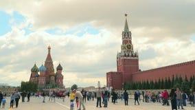 Grand dos rouge à Moscou clips vidéos