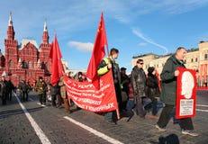 grand dos rouge de démonstration communiste Photos libres de droits