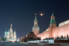 Grand dos rouge de Moscou la nuit Image libre de droits