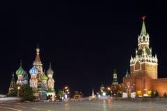 Grand dos rouge la nuit. Moscou, Russie. Photographie stock libre de droits
