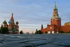 Grand dos rouge Moscou et cathédrale de basilic de rue Photographie stock