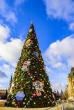 Grand dos rouge Un grand arbre de Noël habillé pendant Noël et la nouvelle année 2019 devant la GOMME Moscou, Russie photographie stock