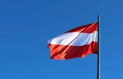 grand drapeau autrichien ondulant dans le ciel bleu Images libres de droits