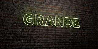 GRAND - enseigne au néon réaliste sur le fond de mur de briques - 3D a rendu l'image courante gratuite de redevance Photographie stock libre de droits