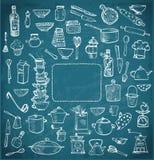 Grand ensemble d'ustensiles de cuisine tirés par la main sur le tableau noir Photos libres de droits