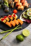 Grand ensemble de sushi, la main qui tient les baguettes, la vue à partir du dessus Image libre de droits