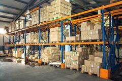 Grand entrepôt de hangar des sociétés industrielles et de logistique Longues étagères avec un grand choix de boîtes photo stock