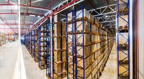 Grand entrepôt moderne intérieur panoramique avec quelques marchandises Images libres de droits