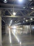 Grand entrepôt vide à l'intérieur dans le bâtiment industriel avec un éclairage à haut plafond et artificiel photographie stock libre de droits