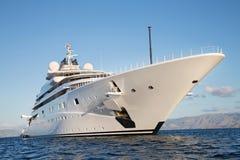 Grand et grand méga de luxe gigantesque ou yacht superbe de moteur sur l'o Photo stock