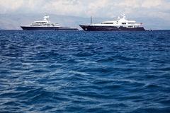 Grand et grand yacht de luxe gigantesque avec le bateau à voile et le helicopte Images stock