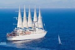 Grand et petit bateau à voiles Image libre de droits