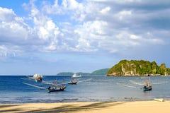 Grand et petit bateau avec le ciel Photo libre de droits