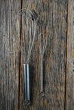 Grand et petit battez sur le fond en bois rustique Photo libre de droits
