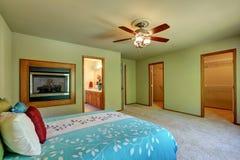 Grand et simple intérieur de chambre à coucher avec la promenade par le cabinet photos stock