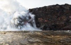 Grand explotion de cendre et de debri à l'entrée de lave d'ocea images libres de droits
