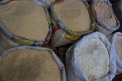 Grand faites saillie l'en met en sac plein du riz, de la fleur et de l'avoine image stock