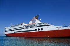 Grand ferry-boat avec le ciel bleu Photos stock
