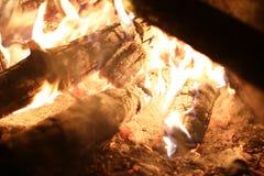 Grand feu de bois de plan rapproché photos libres de droits